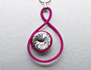 Learn how to make a DIY wire-wrapped pendant in this free wire jewelry patterns eBook