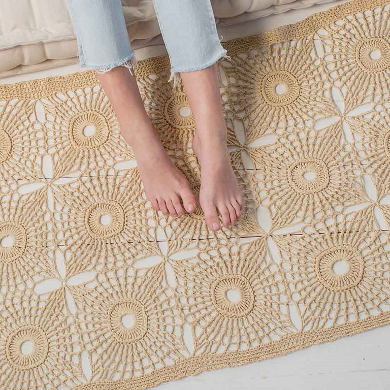 This raffia crocheted rug is a fun way to play with plant fibers.