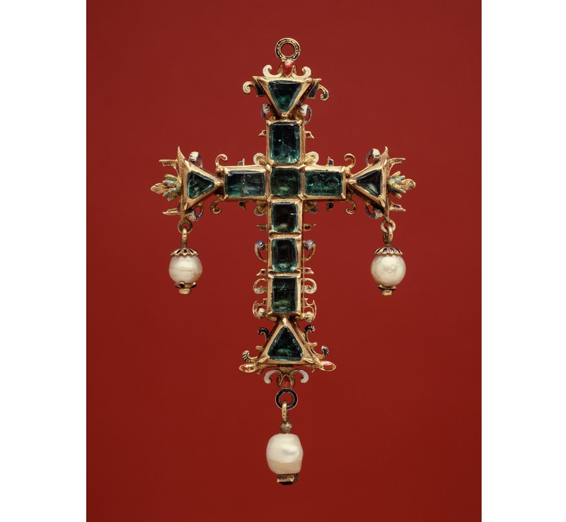In 1558, the Spanish began drawing on the vast emerald mines at Muzo, Colombia, which produced high-quality emeralds. This style of cross, with large cut stones, was favored by wealthy aristocratic women of the Spanish court, including Archduchess Isabella. Photo: The Walters Art Gallery, Baltimore.
