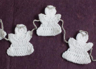Garland of angels crochet pattern.