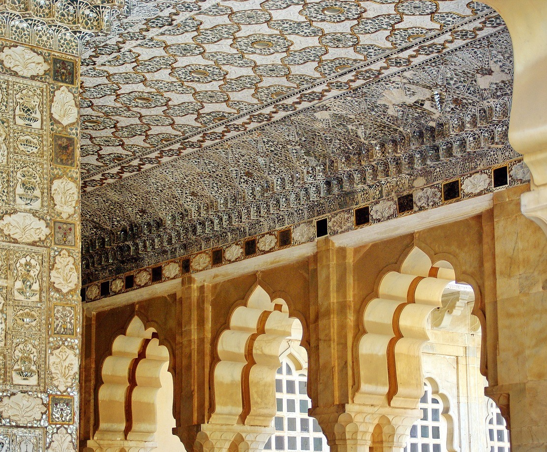 Silver on your ceiling can be exquisite, when that's what you want: amber ceiling with silver inlay, Rajastan, India; photo: Albert Dezetter / Pixabay