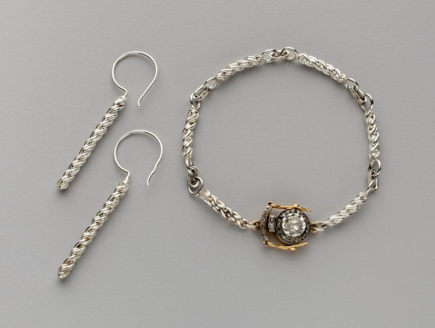 Betsy Lehndorff's link bracelet and earrings from Chain Effect in Lapidary Journal Jewelry Artist March/April 2019; photo: Jim Lawson