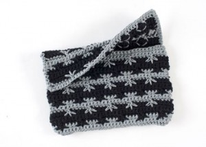 Learn how to crochet a purse in this FREE guide with the crochet spike stitch.