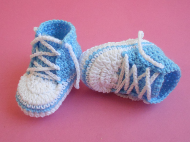 These crochet baby booties are easy and make great gifts.