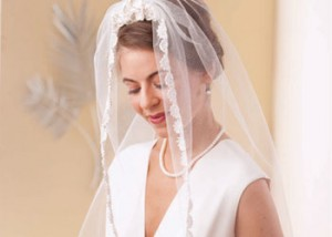 Learn how to crochet a wedding veil in this FREE eBook on crochet wedding patterns.